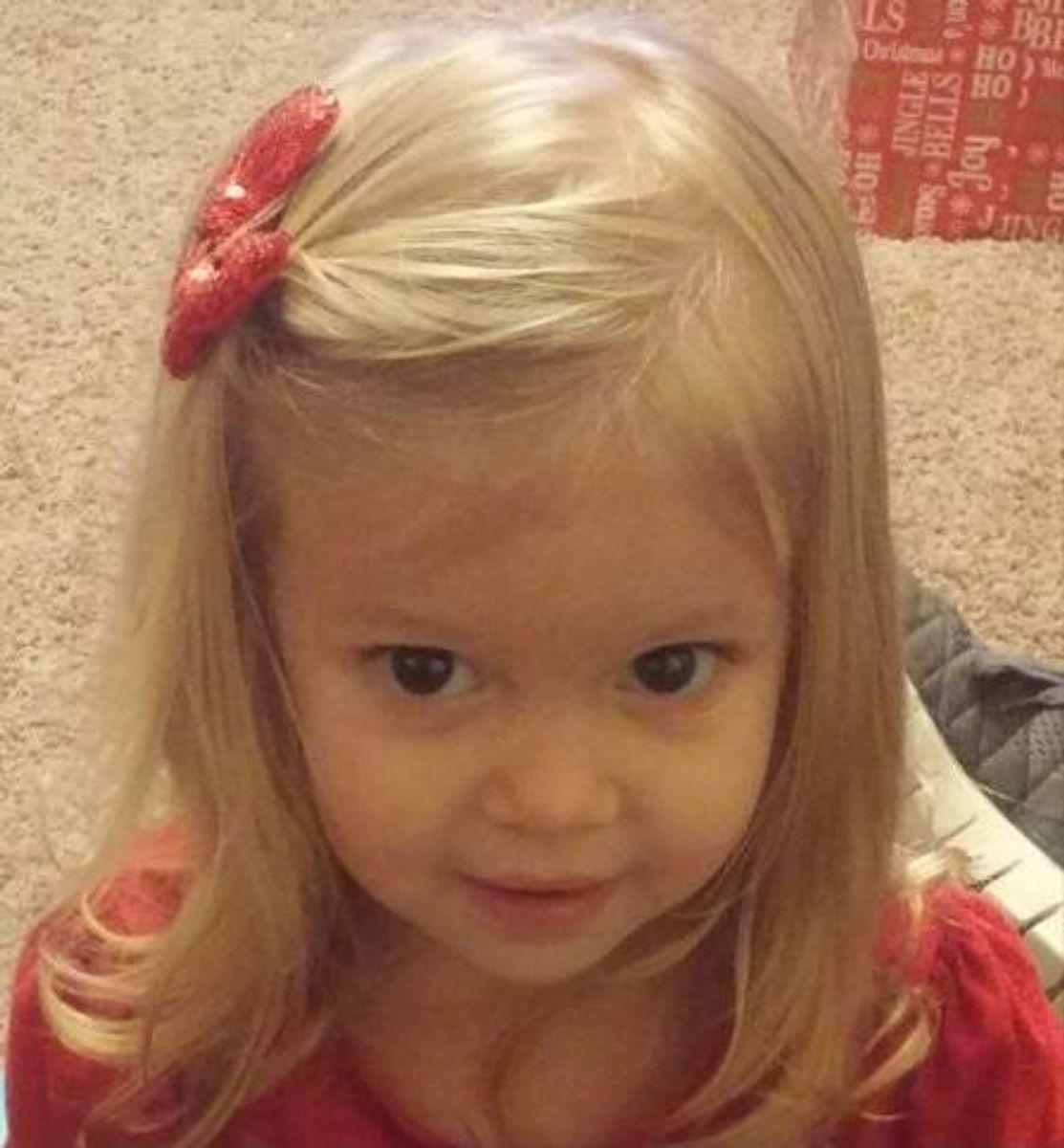 Den to-årige Brianna Florer døde kort efter jul efter forgiftning fra nogle små batterier, hun havde spist. Da ambulancen kom, kastede hun blod op og var helt blå på kroppen. Se hvilke batterier den to-årige slugte på næste billede. Foto: gofundme.