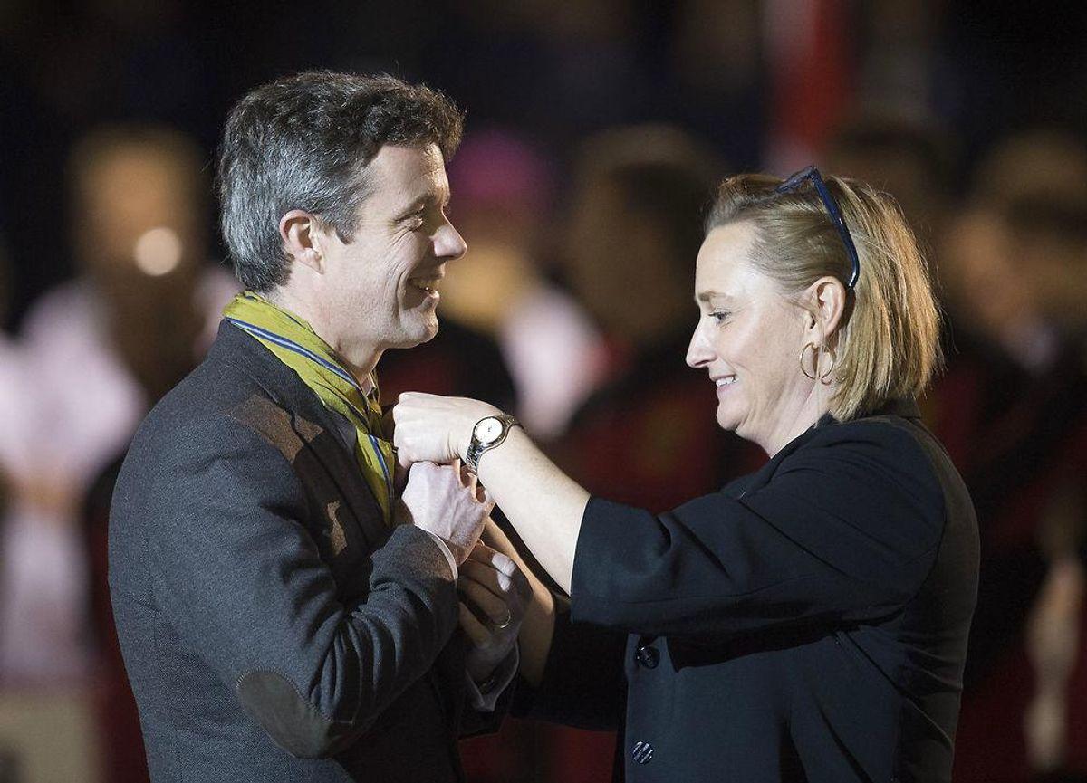 Her Susanne Slotsager – Formand for det danske curlingforbund der giver prisen en EM pin. Foto: Claus Fisker/Scanpix.