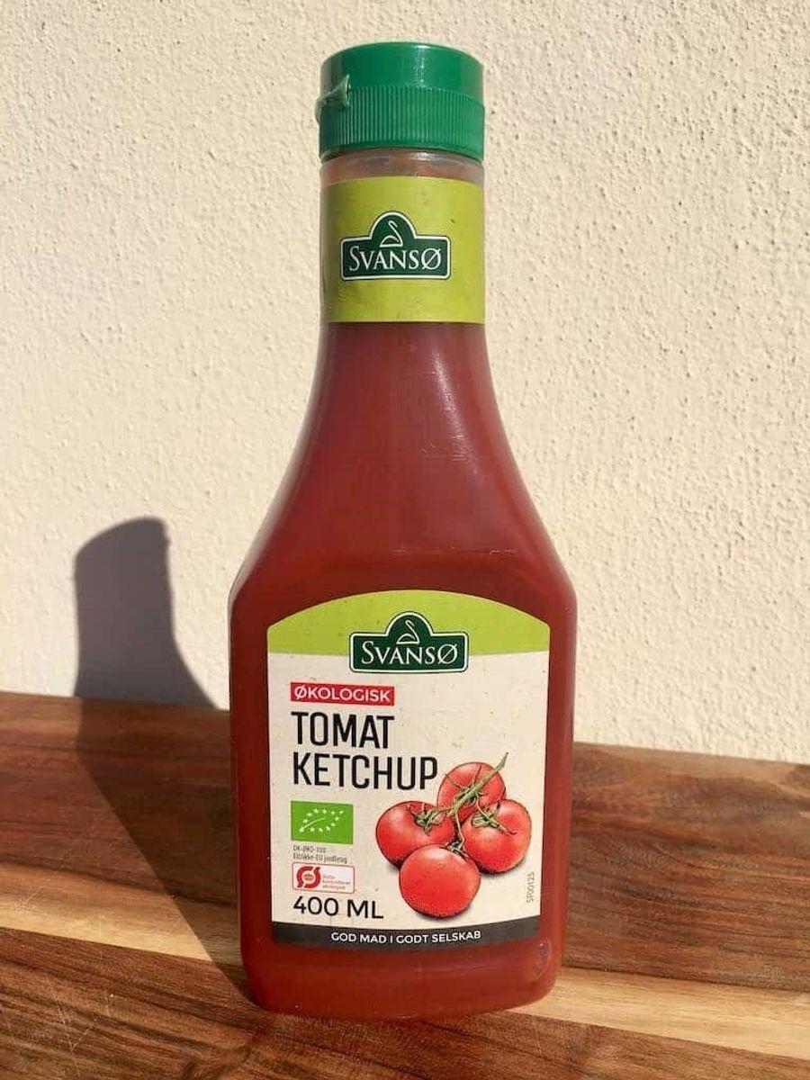 * * * Svansø Tomat ketchup, økologisk: Svansø ketchup har en mere dyb smag af tomat med en krydring, der lidt overdøver smagen af tomat. Den har en middel sødme og syrlighed, og mangler generelt lidt smag. Kilopris: Ca. 21 kroner (9,75 kroner for 400 ml i Rema 1000). Tomatindhold: 65 % tomatpuré. Tilsætningsstoffer: Fortykningsmiddel (E440). Foto: Madens Verden.