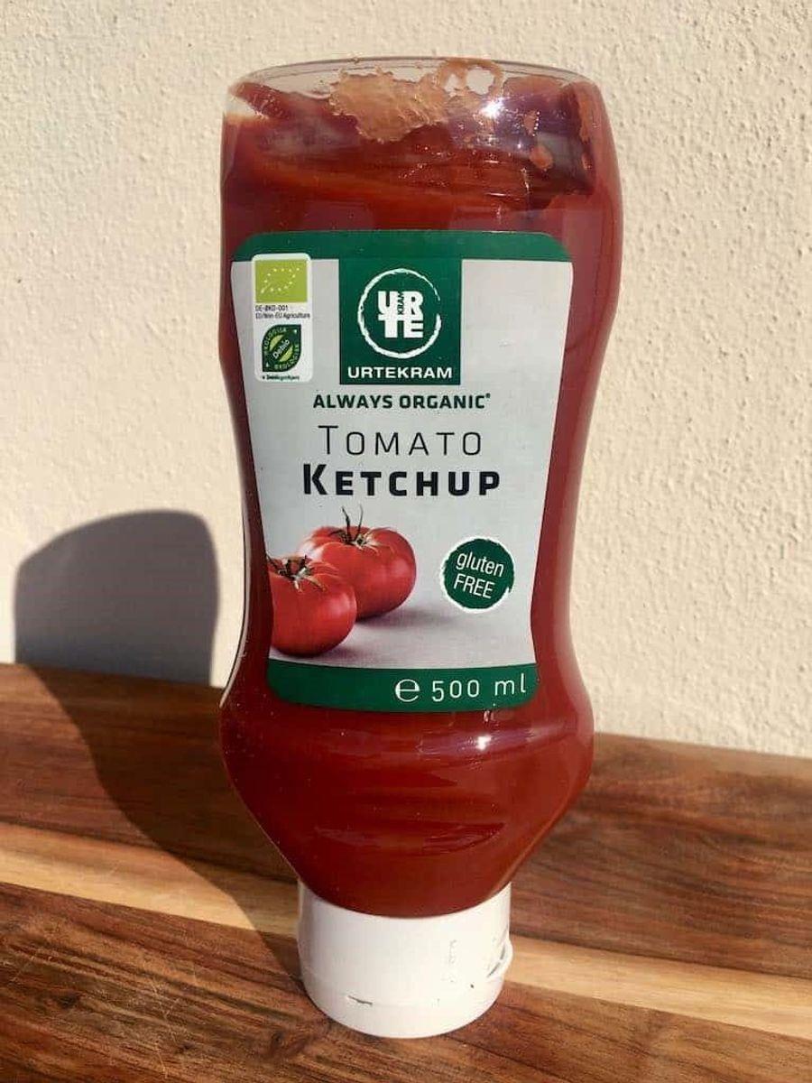 * * * * * Urtekram Tomato ketchup, økologisk: Testvinder! Urtekrams ketchup har en god og frisk smag af tomat med en mild krydring, der er godt afstemt. Den er både sød og syrlig med en god balance og har en god konsistens. Kilopris: Ca. 61 kroner (35,25 kroner for 500 ml i Føtex). Tomatindhold: 70 % tomatpuré. Tilsætningsstoffer: Ingen. Foto: Madens Verden.