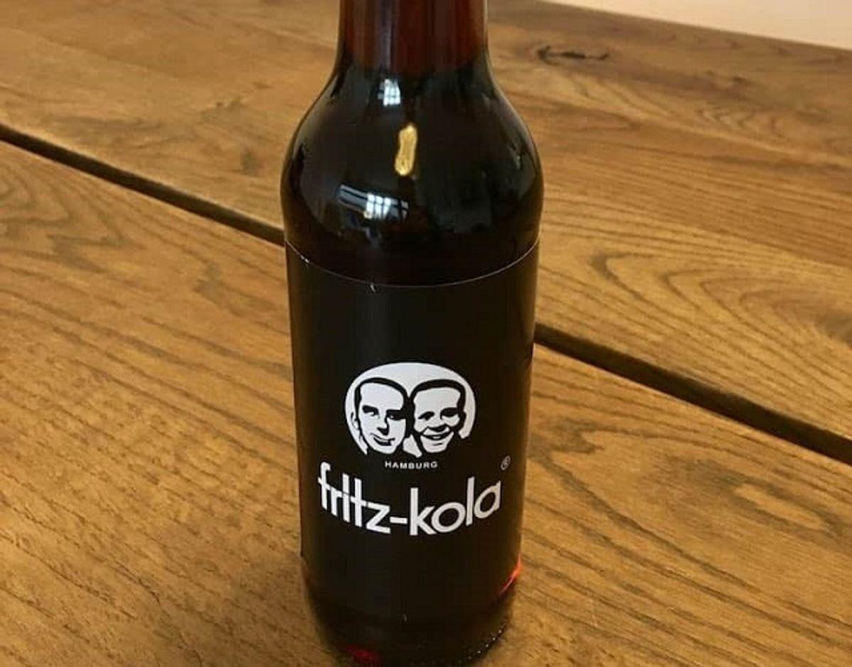 * Fritz-kola: Fritz-kola fra Tyskland er den lavest vurderede i denne smagstest af cola. Den har en kemisk duft og smag af citrus, der leder tankerne hen på de aromastoffer, der tilsættes rengøringsmidler. Den har en ensporet smag, og mangler afrunding og balance. Obs: Højt koffeinindhold. Pris for 1/2 liter: 21 kr (uden pant). Foto: Madensverden.dk.