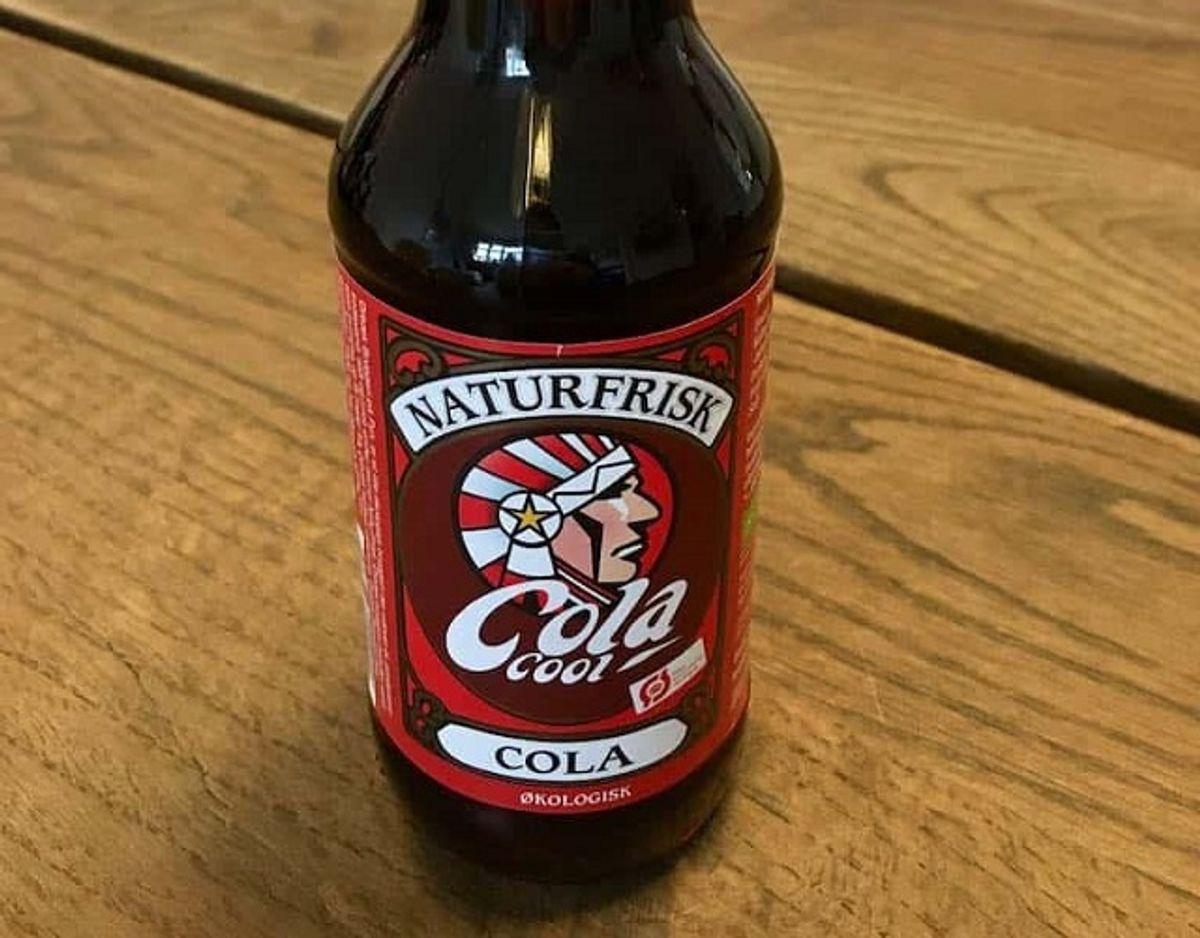 * * Naturfrisk Cola: Naturfrisk Cola er den eneste økologiske cola i testen. Den har en meget høj syrlighed med en kraftig frugtig smag i retning af citrus og appelsin. Smagen er meget ensporet og mangler balance og afrunding. Pris for 1/2 liter: 24 kr (uden pant). Foto: Madensverden.dk.