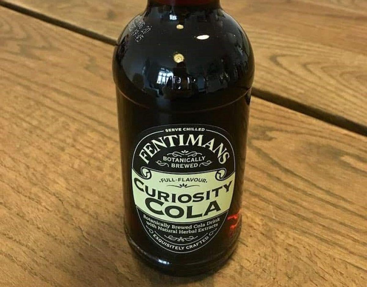 * * * Fentimans Curiosity Cola: Den dyreste cola i testen fra Fentimans har en meget anderledes smag. Den har en kraftig smag af citrus, kanel og noget frugtigt. Smagen er dog ikke så afbalanceret, og den har en sjov bismag, måske fra det fermenterede ingefær ekstrakt, der er tilsat. Pris for 1/2 liter: 40 kr (uden pant). Foto: Madensverden.dk.