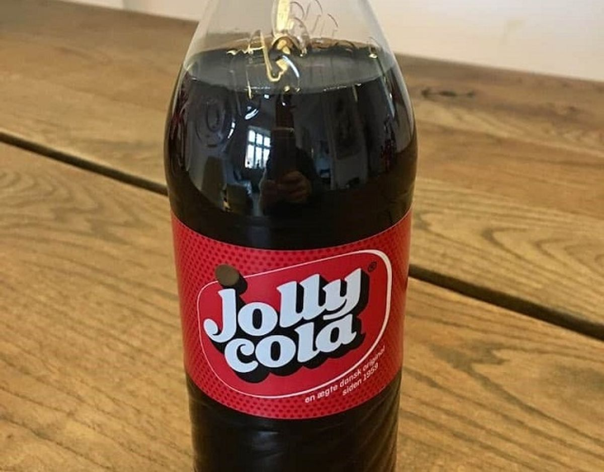 * * * * Jolly Cola: Jolly Cola har en kraftig smag af cola og krydderier, som kanel og citrus, men er stadig afrundet i smagen. Den har en god balance mellem sødme og syrlighed. Pris for 1/2 liter: 18,50 kr (uden pant). Foto: Madensverden.dk.