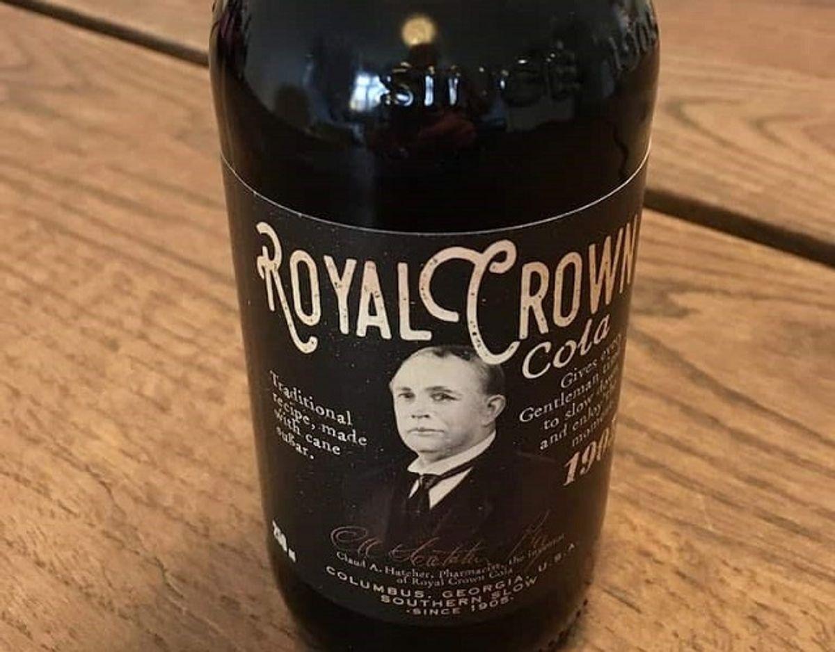 * * * * Royal Crown Cola: Royal Crown Cola har en god og anderledes krydring, der giver en interessant colasmag. Det er en syrlig og frisk cola, der samtidig er temmelig sød, men med en afbalanceret smag. Vælg denne, hvis du vil prøve en anderledes cola. Pris for 1/2 liter: 22 kroner (uden pant). Foto: Madensverden.dk.