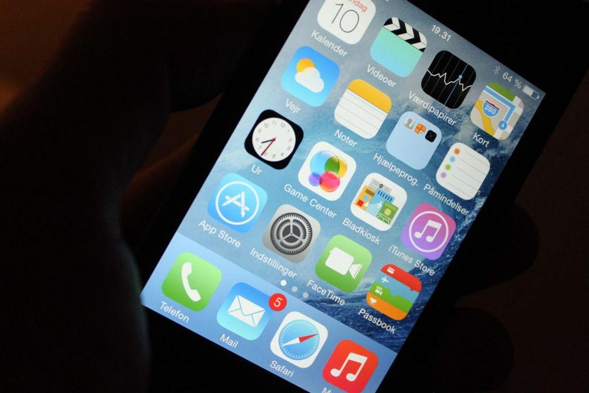 10. Lad være med at bruge mobilen som alarm. Det ene øjeblik er du i gang med at sætte alarmen. Det næste har du brugt en halv time på andre apps.