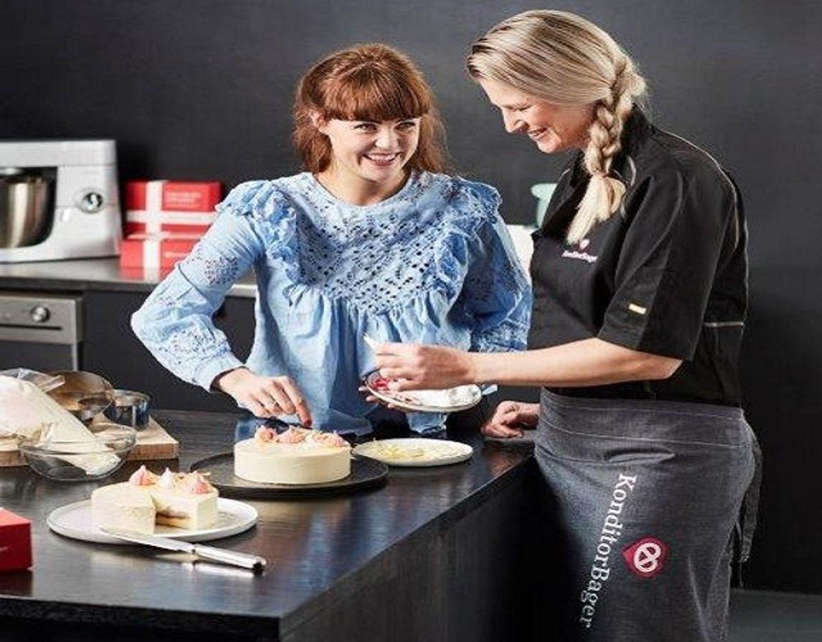 Sidste års finalist i Den store bagedyst Victoria Askjær har været med til at udvikle en kage, der støtter Danmarks Indsamling med fem kroner for hver solgte kage. KLIK VIDERE OG SE FLERE BILLEDER. Foto: PR