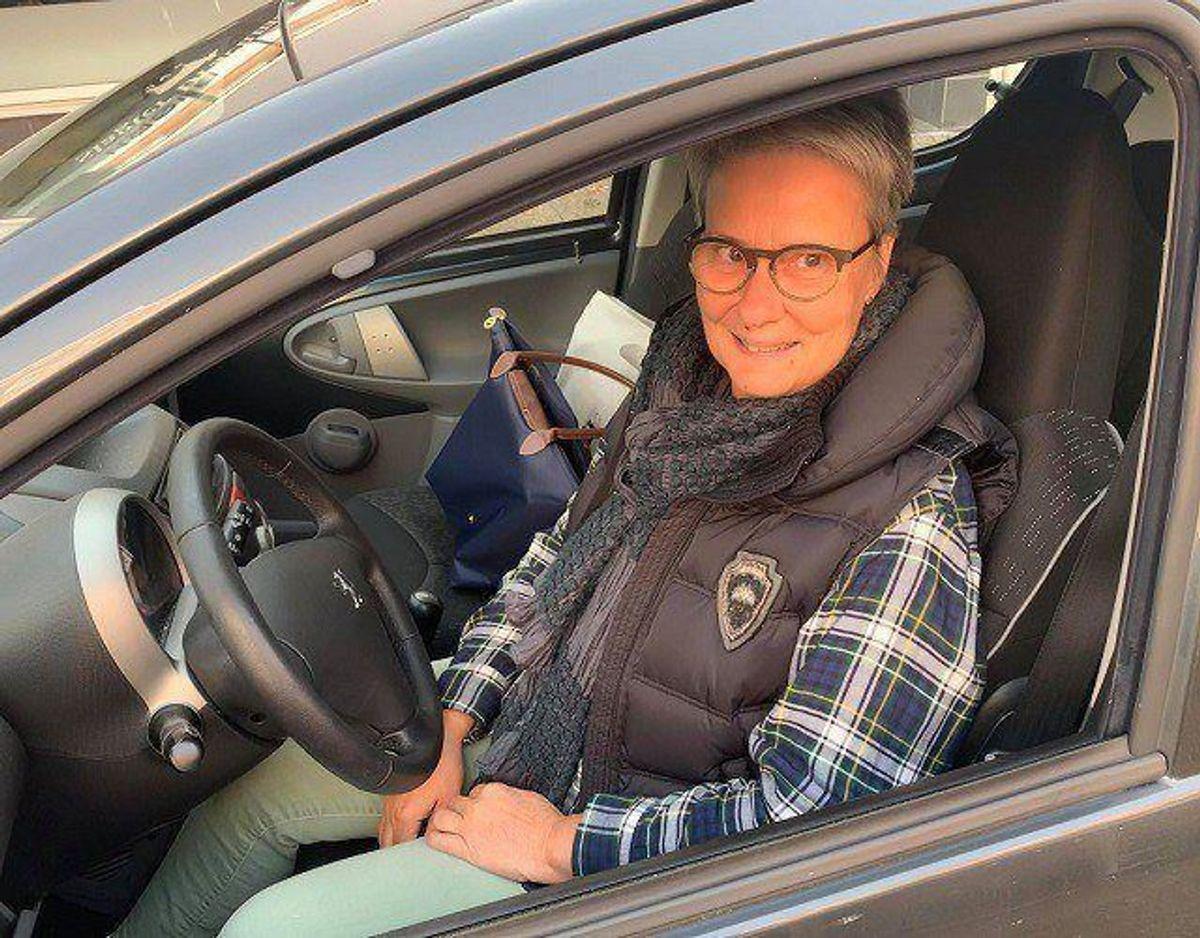 """Bente Skytthe, Lading, arbejder i hjemmeplejen og kører tit gennem krydset. """"Farten bliver helt afgjort sænket. Det er en rigtig god ting for skolebørnene,"""", siger hun. Foto: Jørgen Rosengren/Newsbreak.dk."""