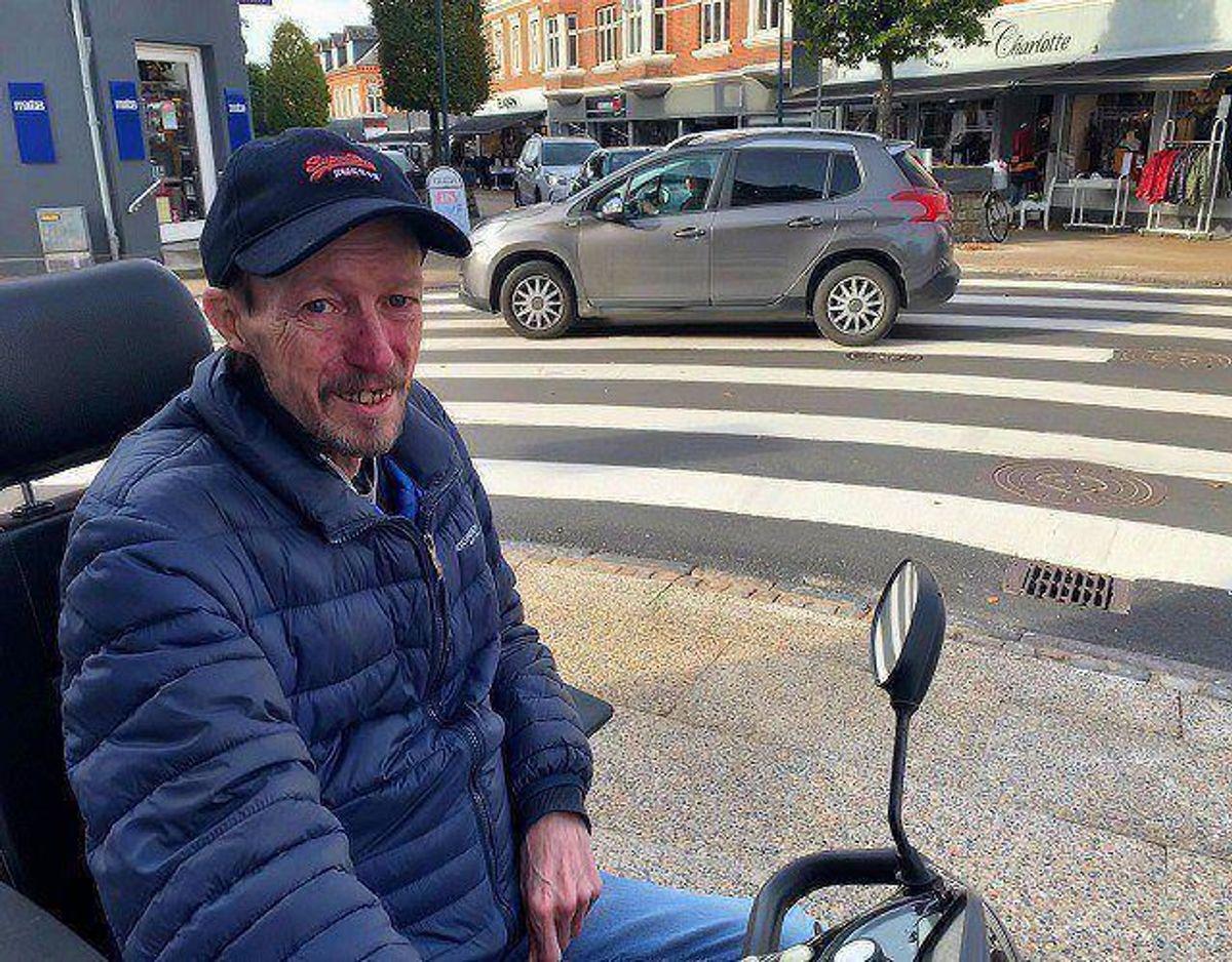 Carsten Carlsen bor tæt på krydset. Og den nye fodgængerovergang. Foto: Jørgen Rosengren/Newsbreak.dk.