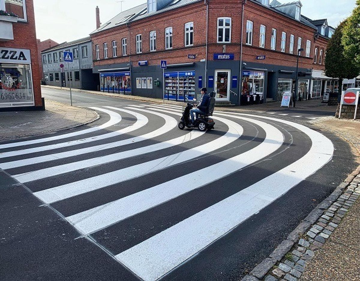 Carsten Carlsen, Hammel, tager sin første tur over det nye fodgængerfelt. Han kalder det ganske simpelt 'genialt'. Foto: Jørgen Rosengren/Newsbreak.dk.