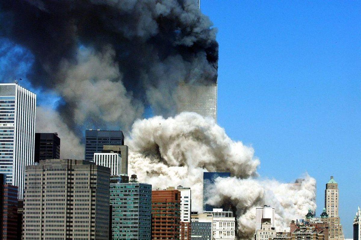 Det første tårn kollapser. Foto: HENNY RAY ABRAMS/Scanpix.