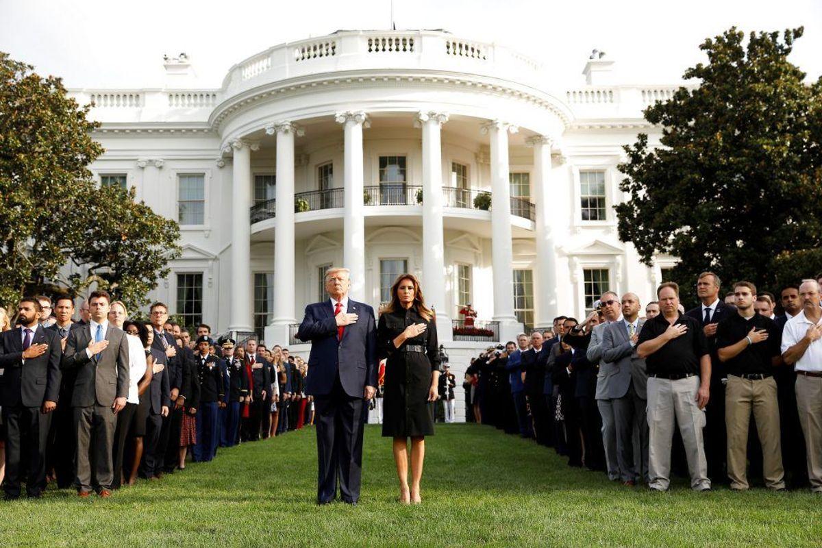 Donald Trump og Melania Trump foran Det Hvide Hus. Foto: Kevin Lamarque/Scanpix.
