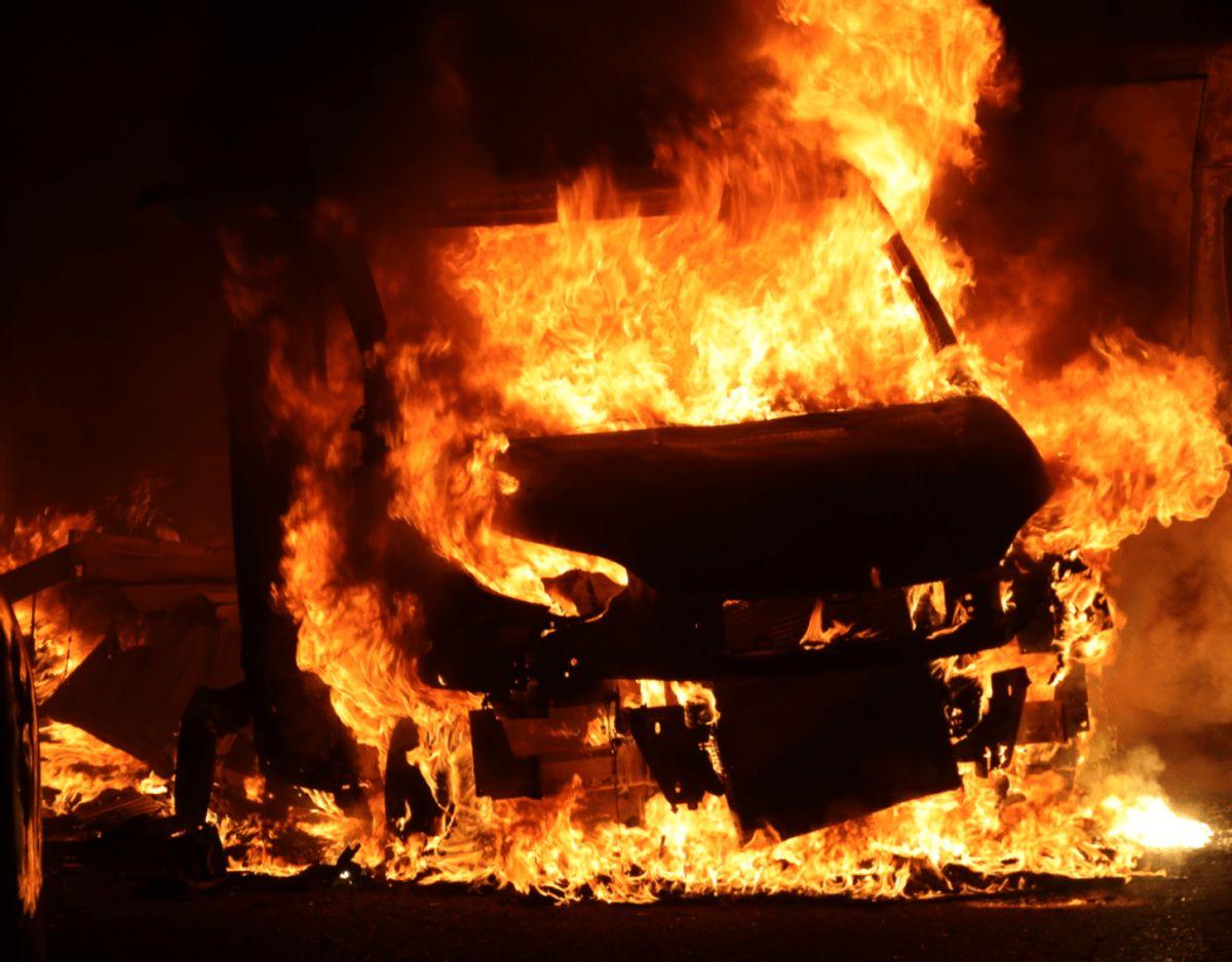 To kassevogne brød i brand mandag morgen omkring klokken 02.00 ved Egelundscentret i Albertslund. Københavns Vestegns Politi oplyser, at de endnu ikke kender årsagen til ilden. Klik videre for flere billeder. Foto: Presse-Fotos.dk