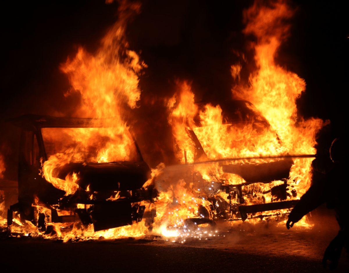 To kassevogne brød i brand mandag morgen omkring klokken 02.00 ved Egelundscentret i Albertslund. Københavns Vestegns Politi oplyser, at de endnu ikke kender årsagen til ilden. Foto: Presse-Fotos.dk
