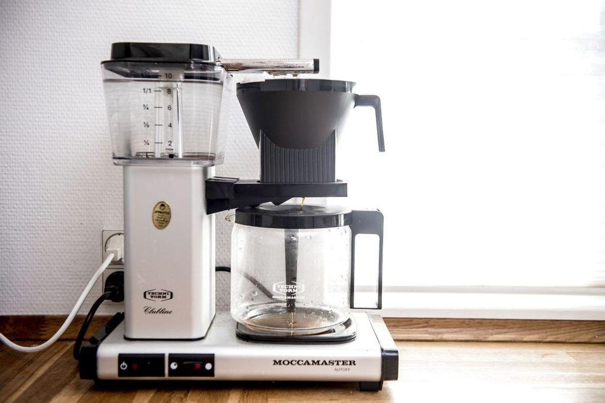 Er din kaffemaskine kalket til, så fyld beholderen halvt op med vineddike, halvt med vand. Lad den brygge halvdelen og stop den i en halv time. Bryg resten og skyl ved at brygge med rent vand. Foto: Mads Claus Rasmussen/Scanpix.