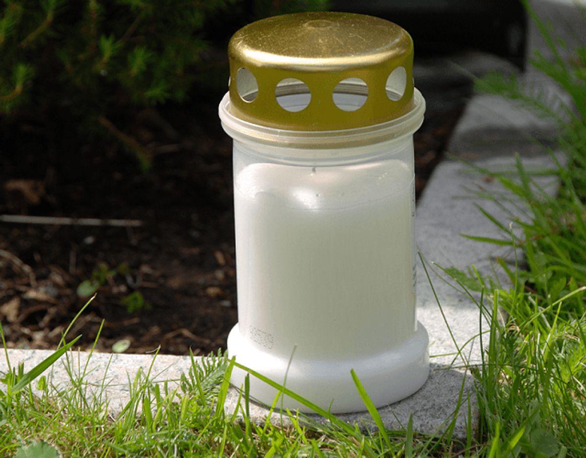 Sådan et stearinlys, eller resterne, kan fjernes med varmt vand. Brug herefter køkkenrulle. Foto: Colourbox.