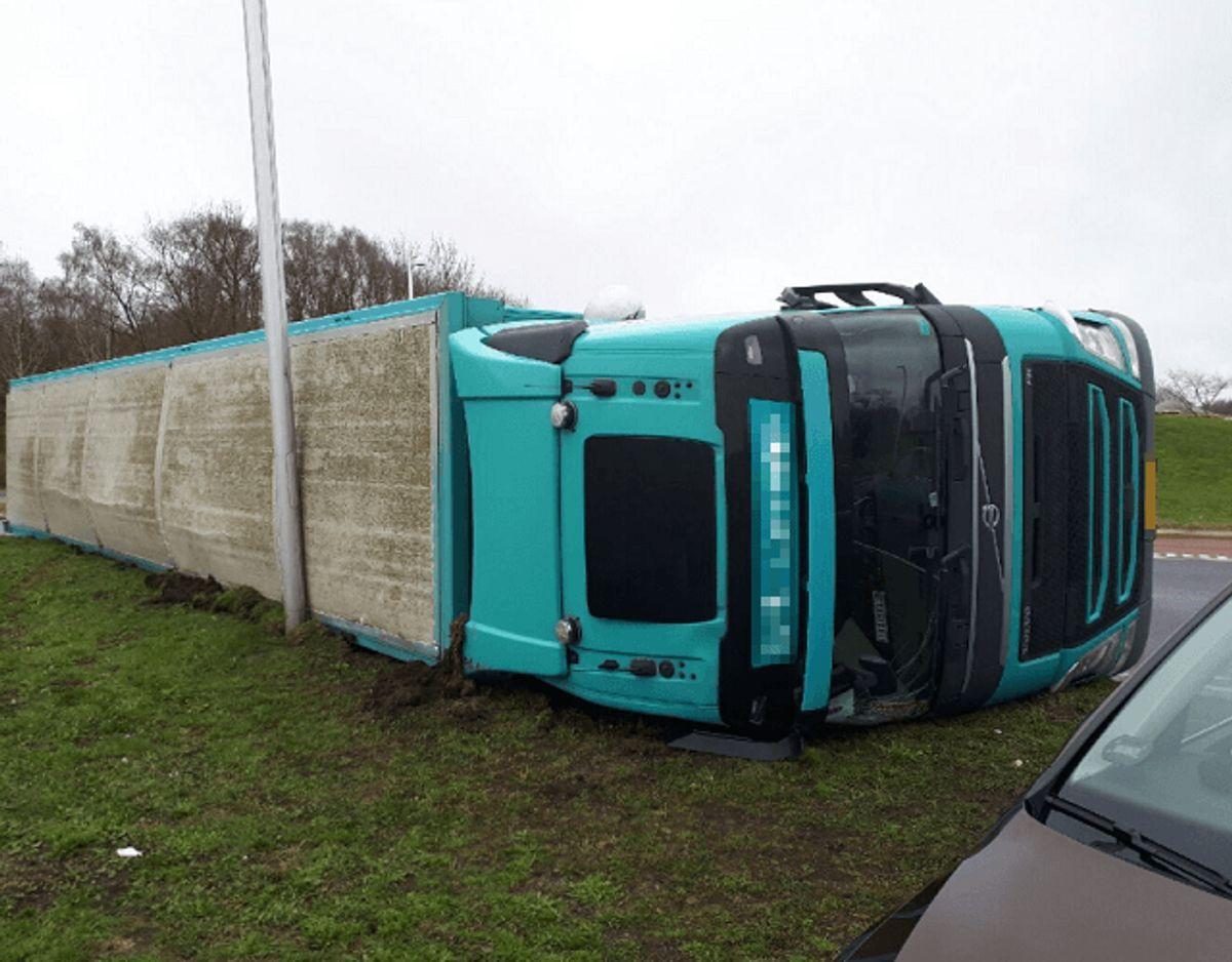 Det er denne lastbil med angiveligt 550 svin, der fredag formiddag er væltet. Foto: Syd- og Sønderjyllands Politi.