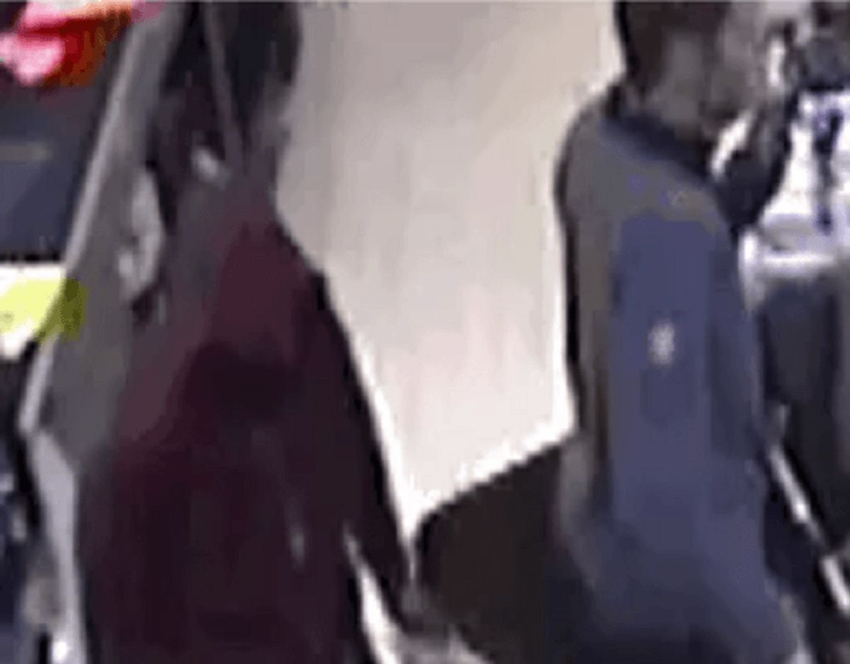 Onsdag aften blev en Lidl-butik udsat for røveri. Politiet efterlyser denne mand. KLIK for flere billeder. Foto: Politiet.