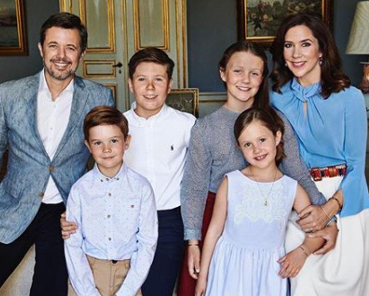 """Nummer 4: Knap 700 yderligere """"likes"""", og dette opslag kan indtage en plads i top tre. Lige nu har 47.779 følgere """"liket"""" familiebilledet fra fødselsdagen, som dermed fortsat er efter portrætbilledet af prins Henrik på tredjepladsen. Screendump: Kongehuset"""