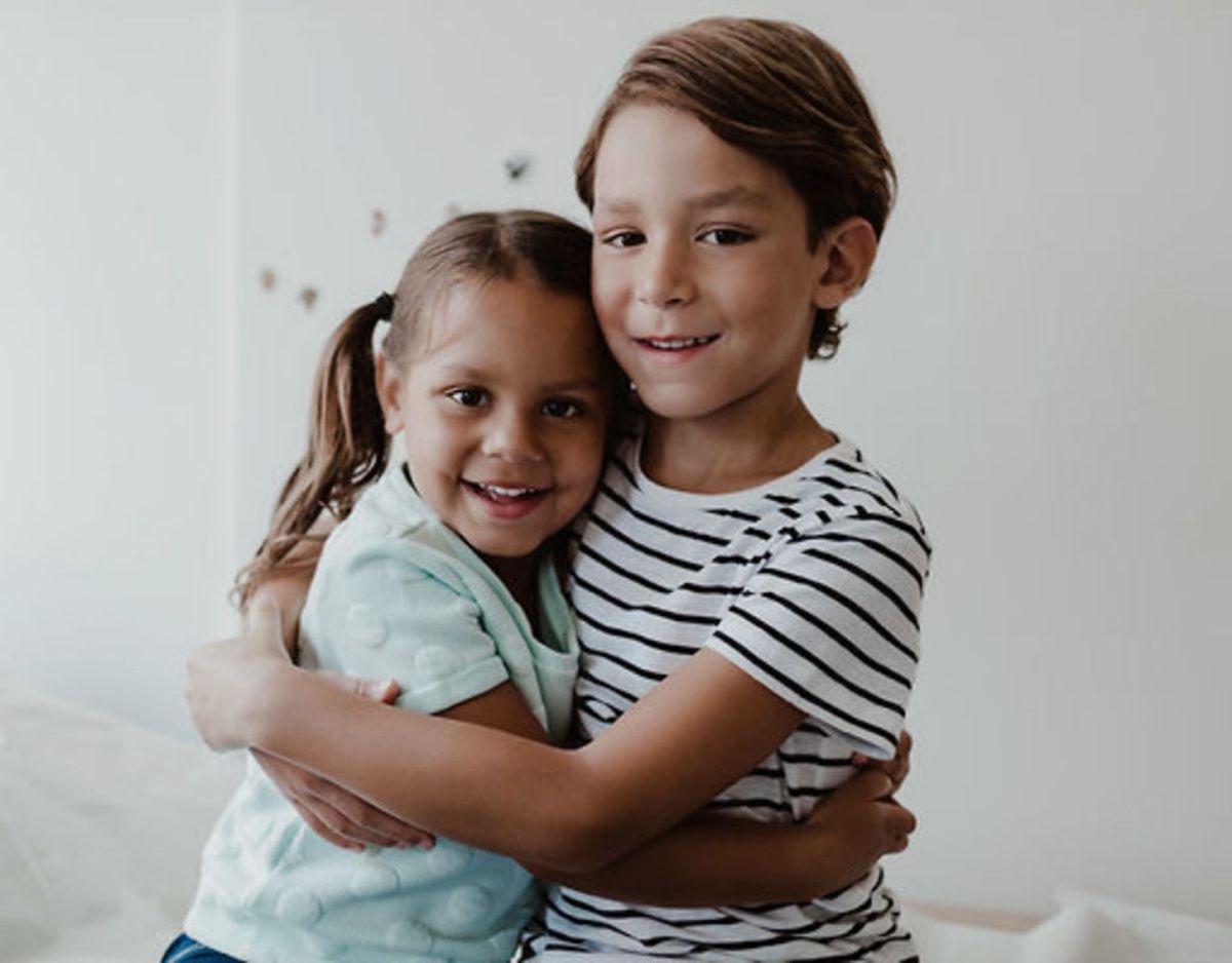 6.  Lær dem op i at kunne trøste, yde omsorg og passe på hinanden. Foto: Maskot/Ritzau Scanpix.