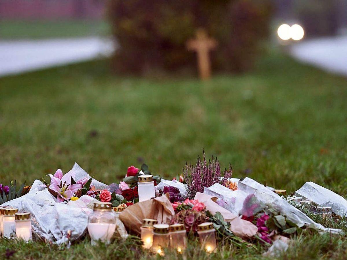 Mindelys og blomster hvor hvor Katrine Lilleøre Holm blev dræbt i oktober. Tirsdag er en 27-årig mand på anklagebænken, tiltalt for uagtsomt manddrab. Foto: Claus Bonnerup/Scanpix