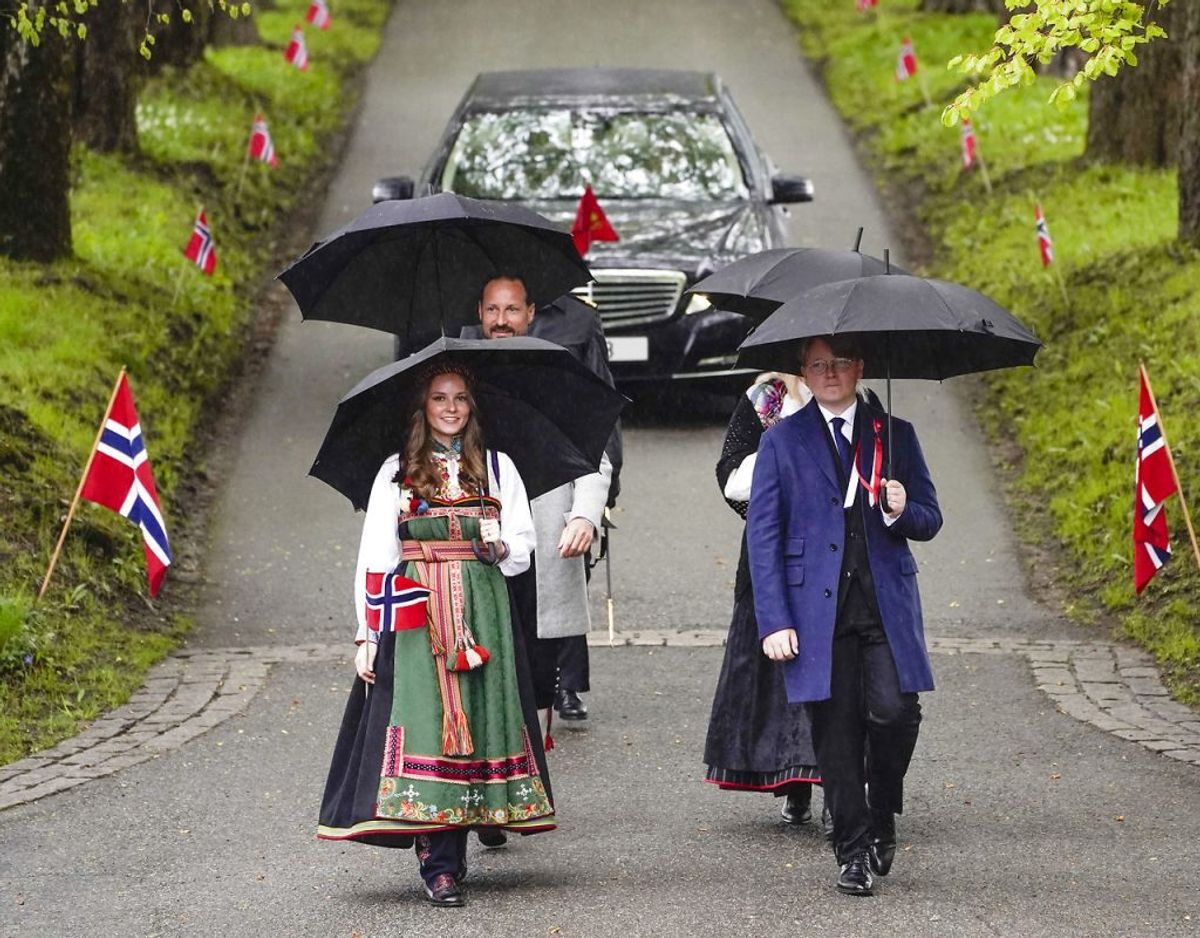 Endnu et foto af kronprinsfamilien på vej rundt i Asker. Foto: Scanpix/Lise Åserud / POOL / NTB