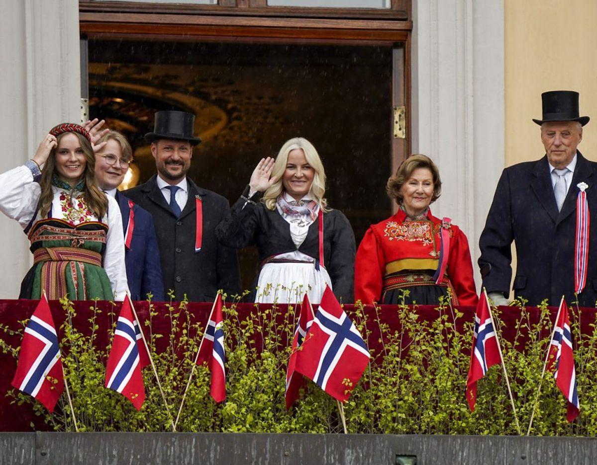 Kongeparret og kronprinsfamilien på slotsbalkonen i Oslo. Foto: Scanpix/Lise Åserud / POOL / NTB