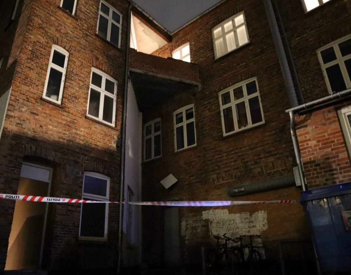 En 20-årig er kvæstet efter et fald fra en altan. Foto: Presse-fotos.dk