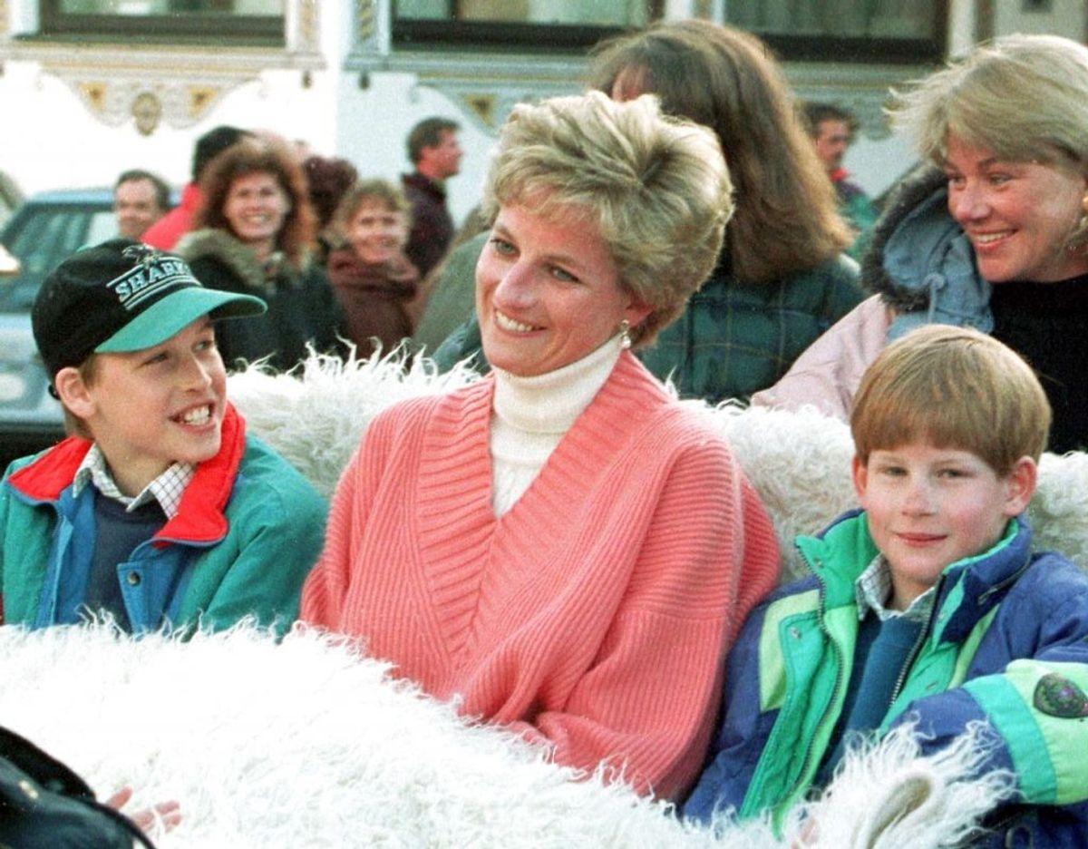 Prins Harry og prins William ses her sammen med deres mor tilbage i marts måned 1994. Foto: Scanpix/Werner Nosko REUTERS