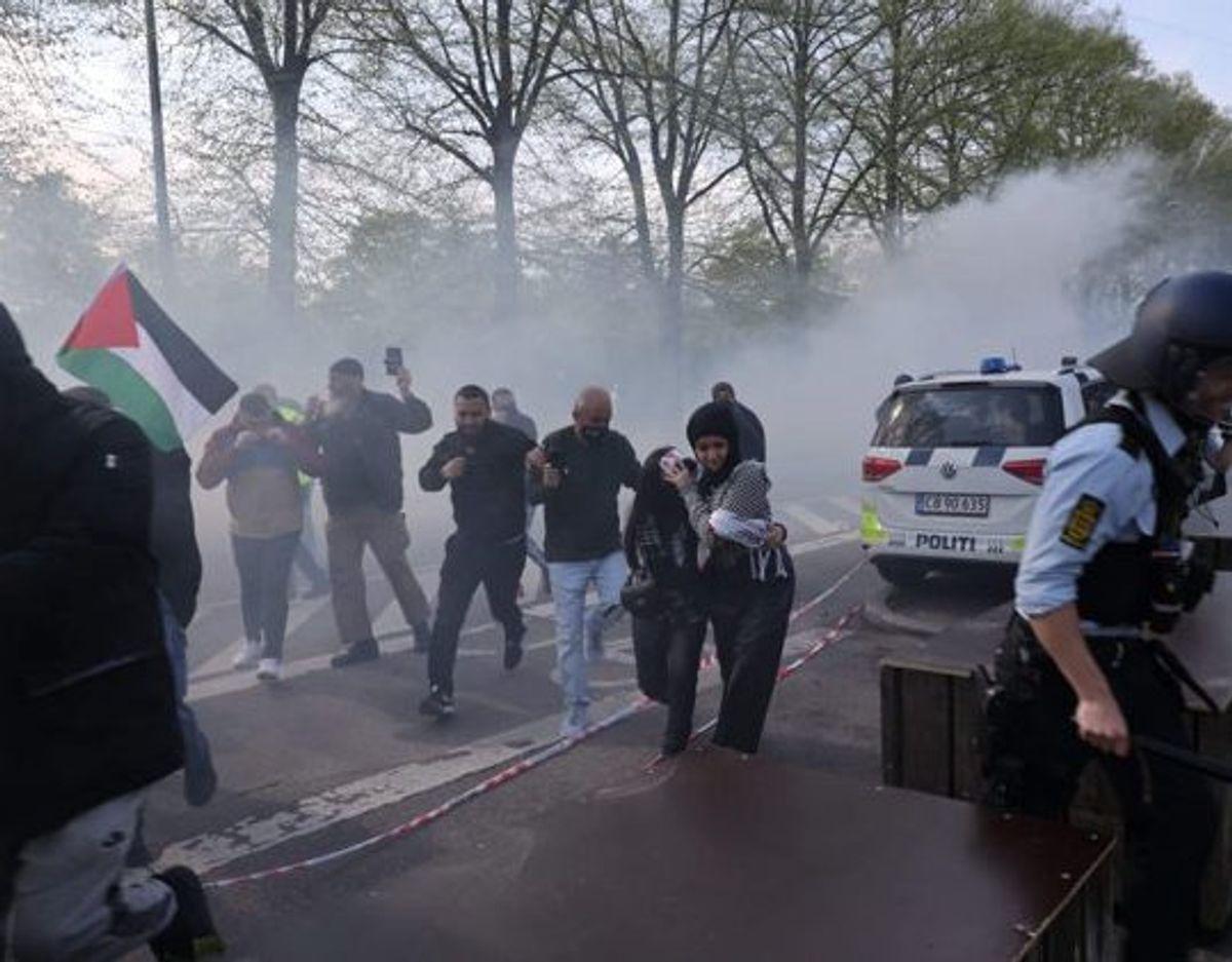 Ifølge Københavns Politi har 4000 personer deltaget i demonstrationen ved Israels ambassade i Hellerup. Foto: Presse-Fotos.dk/Scanpix