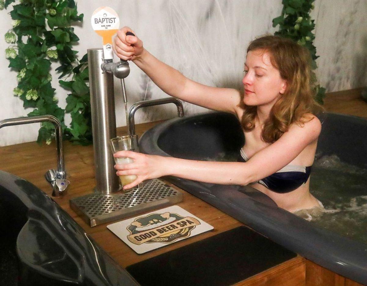 Reuters skriver, at yogainstruktøren Dorien Dierckx har prøvet det nye kurbad. Oplevelsen ser ud til at være en succes. Foto: Scanpix/Yves Herman