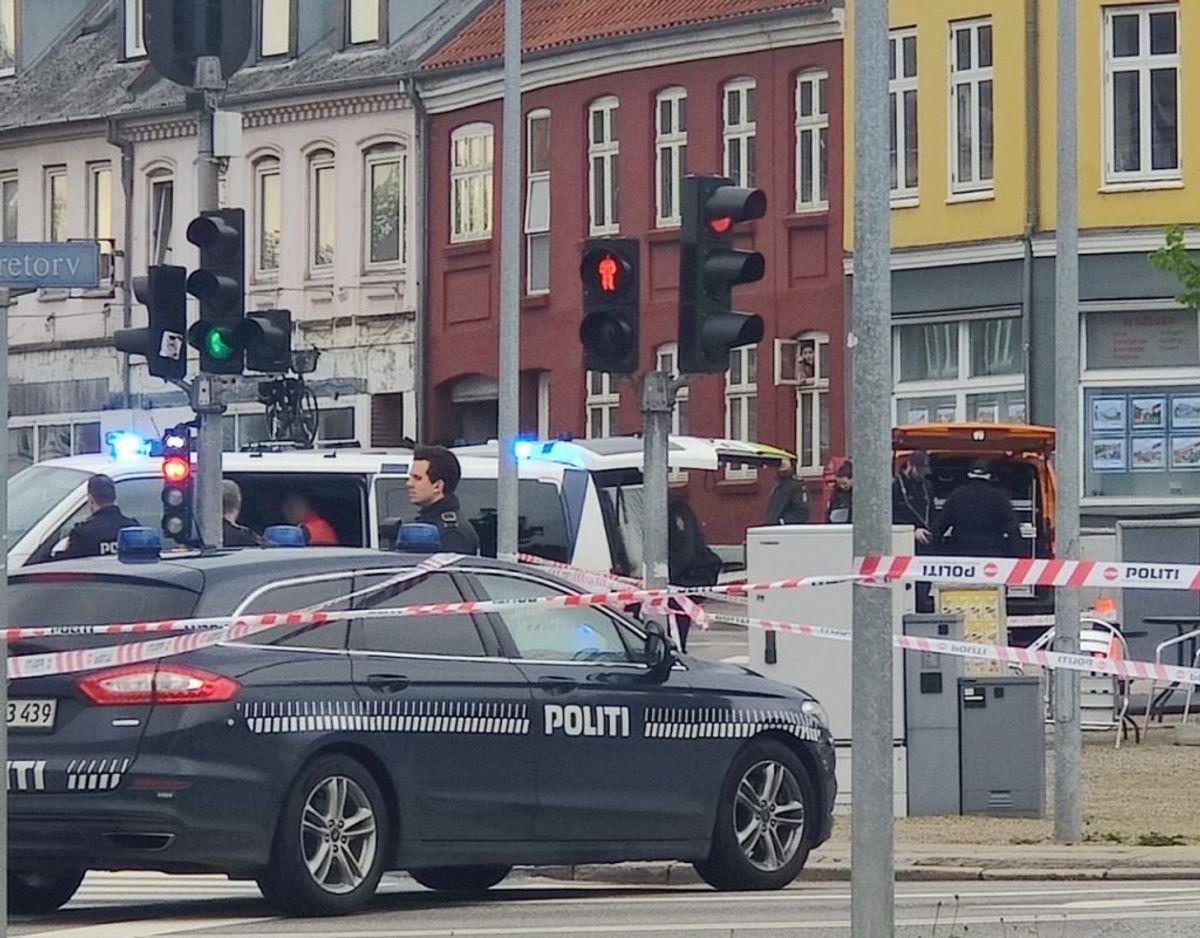 Den 20-årige mand blev ifølge politiet overfaldet i Sølvgade i Horsens. Her blev han smidt ind i bagagerummet på en BMW, hvor han blev udsat for grov vold. Bilen forulykkede senere på Nørretorv i byen. Foto: Presse-fotos.dk.