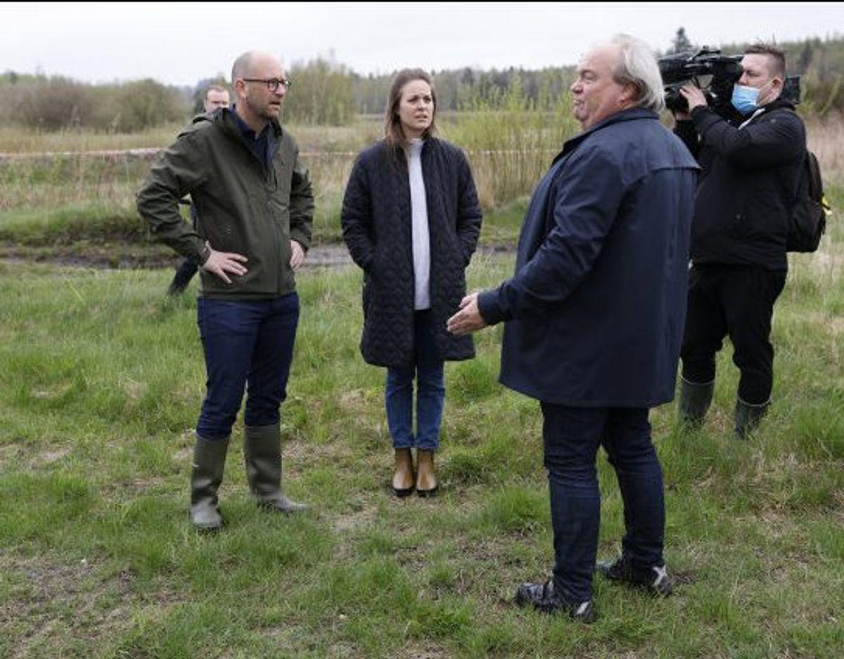 Fødevareminister Rasmus Prehn (S) har brugt torsdagen på at overvære den første opgravning af døde mink. Foto: Mikkel Berg Pedersen/Scanpix