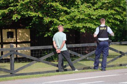 Fire gutter stak af fra en hotelregning. Det lykkedes kun tre at stikke af fra politiet. Foto: Presse-fotos.dk.