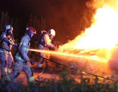 En bil udbrændte totalt, mens to andre fik skader. Foto: Presse-fotos.dk