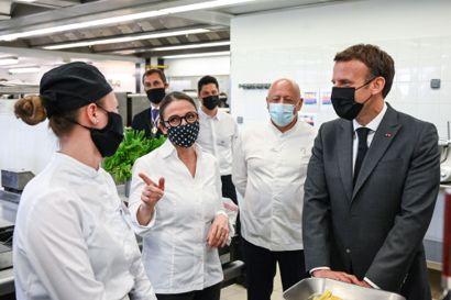Frankrigs præsident, Emmanuel Macron (t.h.), er tirsdag på besøg i Drome-regionen i det sydøstlige Frankrig. Billedet er taget, inden han fik en lussing. Foto: Philippe Desmazes/Ritzau Scanpix
