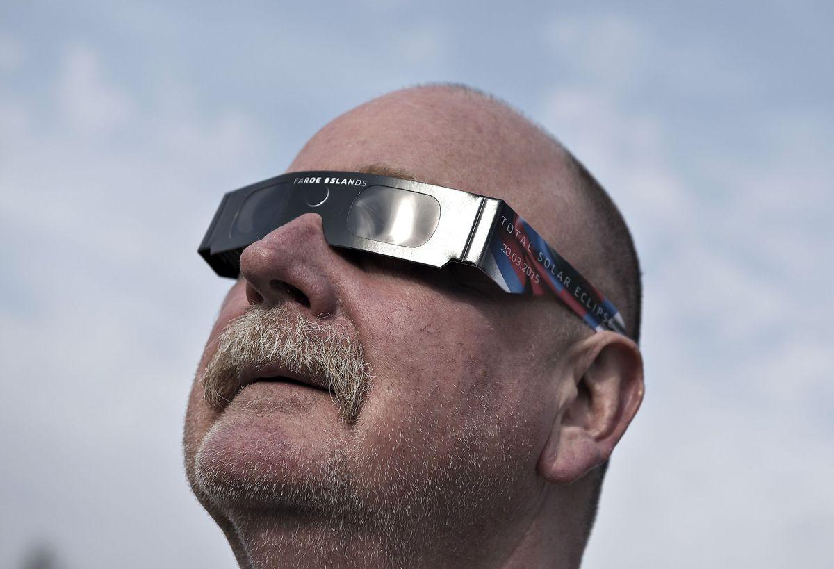 Hos DMI minder man om, at man enten skal bruge solformørkelsesbriller eller noget lignende, hvis man faktisk vil se en solformørkelse. Man må aldrig kigge direkte på solen. Foto: Henning Bagger/Scanpix.