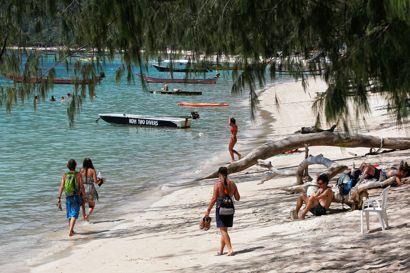 Smukt ser det ud på den thailandske ø Koh Tao. Men bag idyllen gemmer sig en stribe af selvmord og dødsfald.
