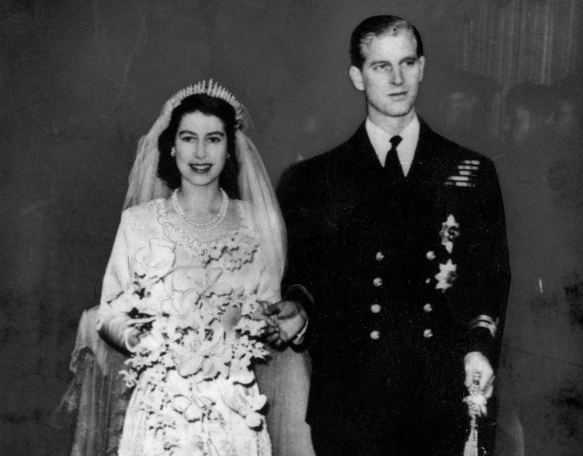 Daværende prinsesse Elizabeth og prins Philip uden for Westminster Abbey efter deres vielse den 20. november 1947. Foto: Scanpix.