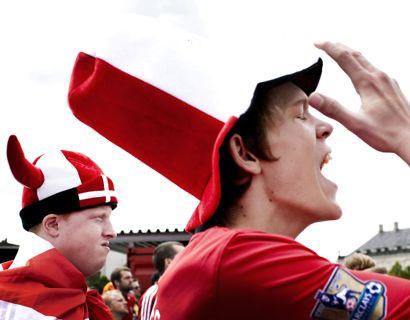 Hvis man skal se fodbold på storskærm lørdag, bør man overveje at tage varmt tøj på. Foto: Linda Kastrup/Scanpix.