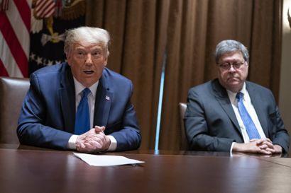 """William Barr (t.h.), der var en af justitsministrene under præsident Donald Trump, siger til netmediet Politico, at han i sin tid som minister """"ikke kendte til noget kongresmedlems oplysninger, der blev efterspurgt i en lækagesag"""". Demokratiske ledere vil indkalde ham som vidne i ny skandalesag. (Arkivfoto)"""