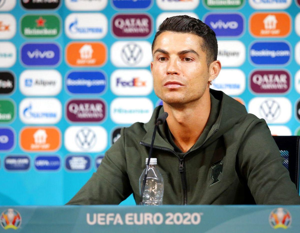 Cristiano Ronaldo ved  mandagens pressemøde – med sin vandflaske – forud for Portugals kam mod Ungarn tirsdag den 15. juni. Foto: UEFA/Handout via REUTERS