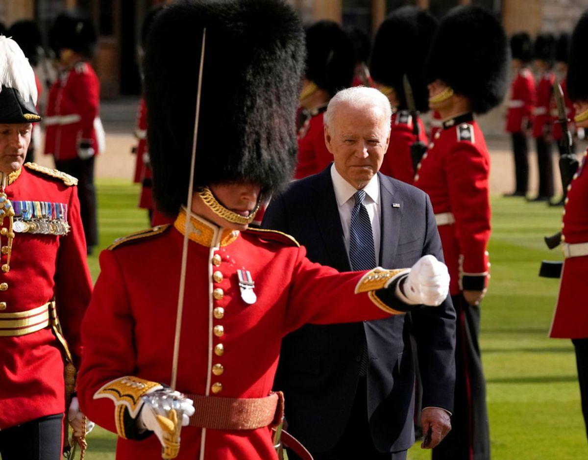 Den amerikanske præsident inspicerer Æresgarden i slotshaven på Windsor Castle. Foto: Scanpix/Matt Dunham/Pool via REUTERS
