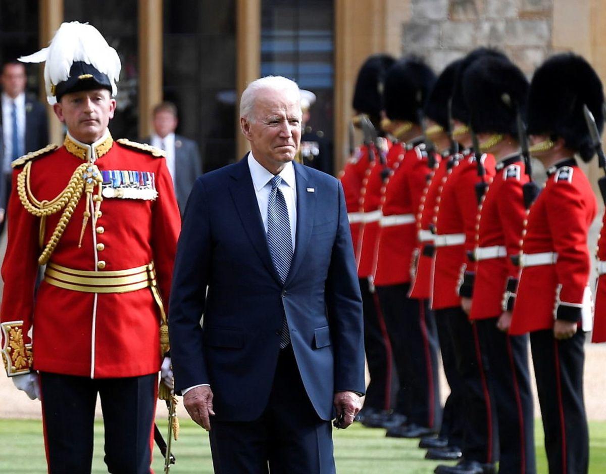 Endnu et foto af den amerikanske præsident sammen med Æresgarden. Foto: Scanpix/Alberto Pezzali/Pool via REUTERS