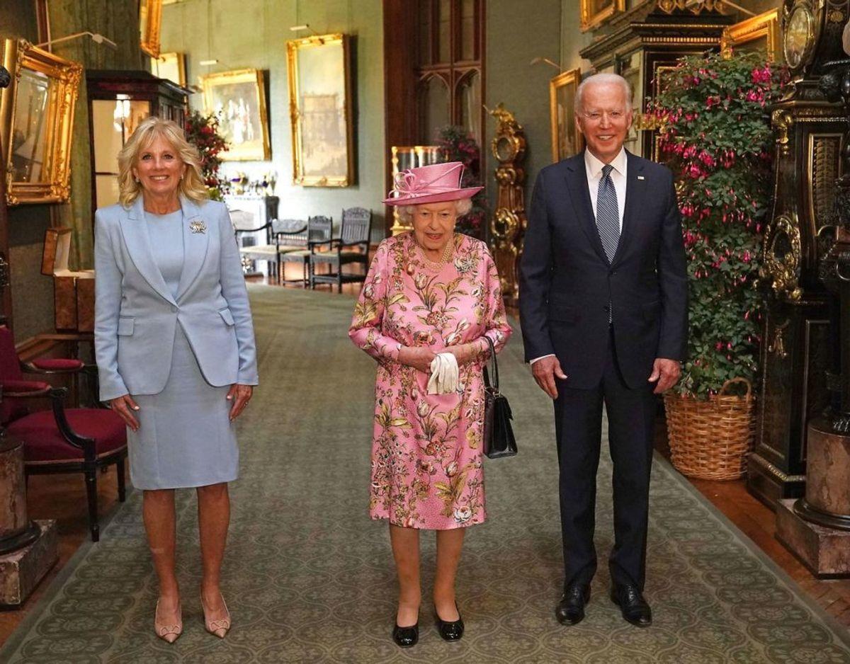 Det amerikanske præsidentpar indenfor på Windsor Castle sammen med den britiske dronning. Foto: Scanpix/Steve Parsons / POOL / AFP