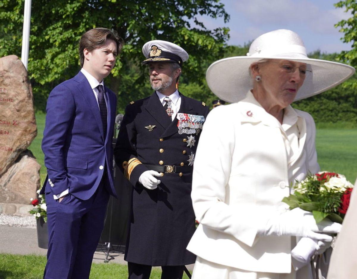 Dronningen, kronprinsen og prins Christian kører over den gamle grænse i karet, ved Frederikshøj, søndag den 13. juni 2021. Foto: Henning Bagger/Ritzau Scanpix
