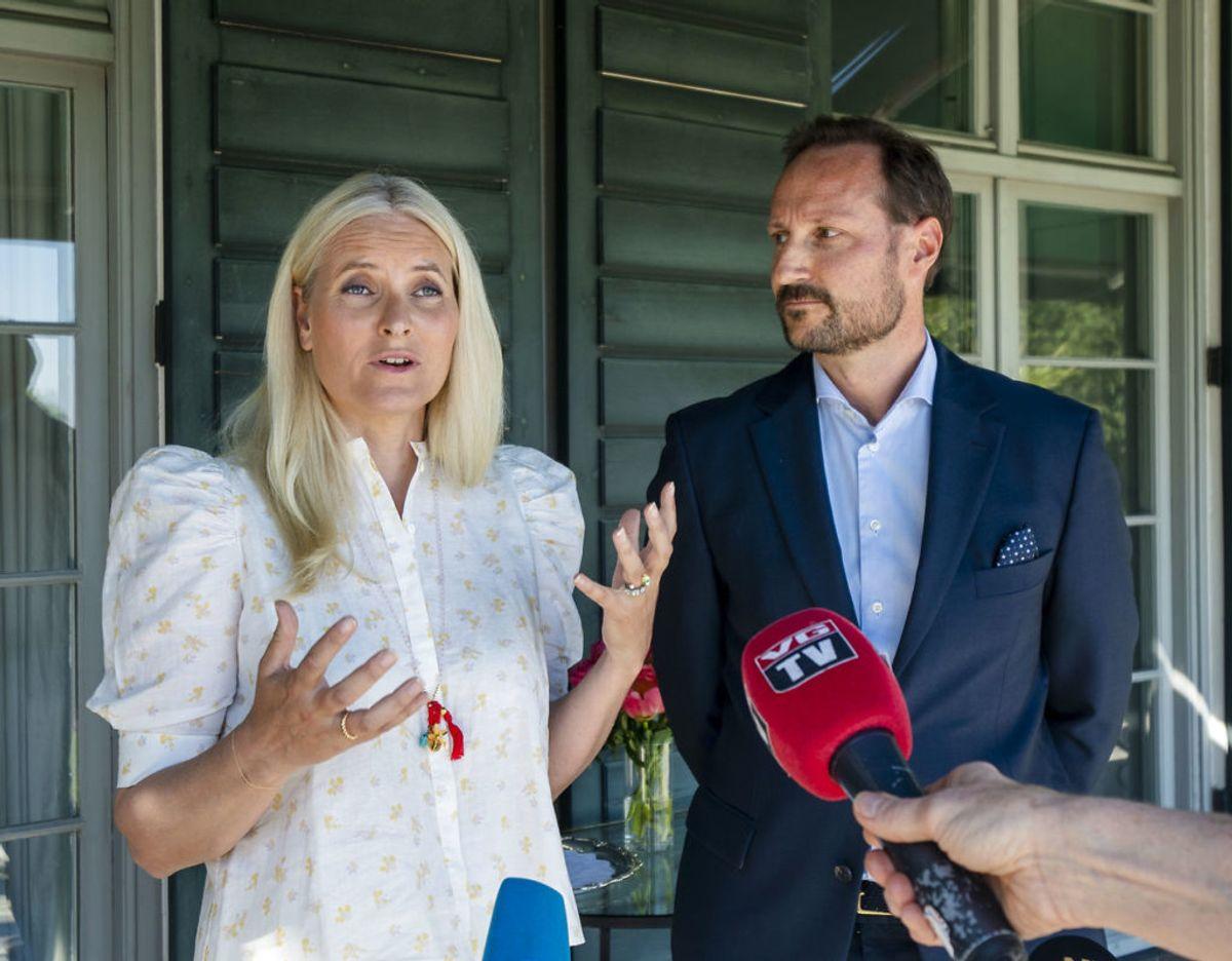 Det norske kronprinspar taler med pressen efter deres møde med pårørende, overlevende og redningspersonel fra Utøya massakren. Foto: Scanpix/Terje Pedersen / NTB