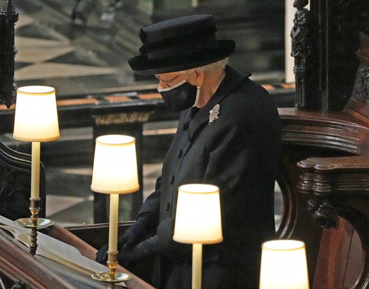 Den britiske dronning ses her 'mutters' alene ved sin mands begravelse den 17. april. Foto: Scanpix/Yui Mok/Pool via REUTERS