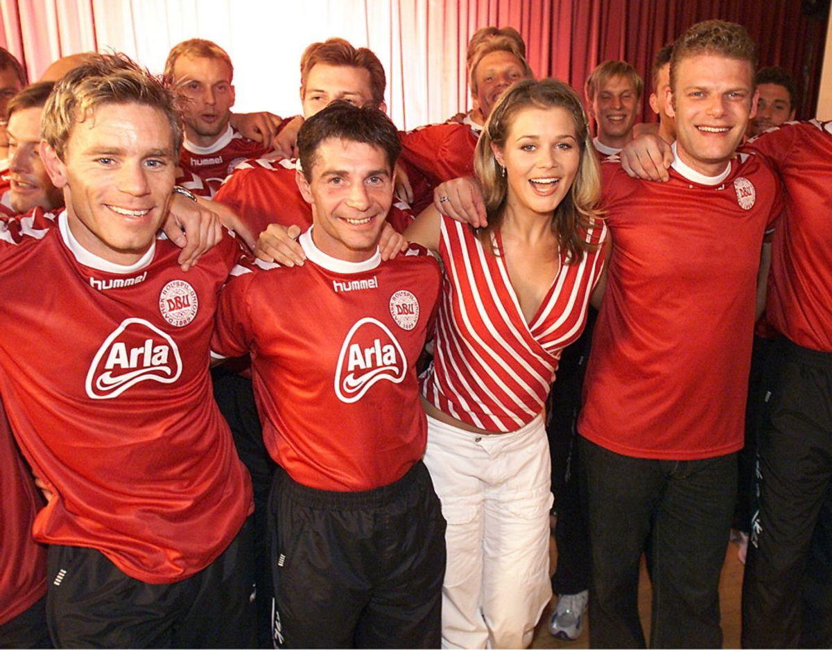 Sofie Lassen-Kahlke og Søren Poppe stod musikalsk i front for de danske fodbolddrenge i 2002.   Foto: Bent Midstrup/Ritzau Scanpix