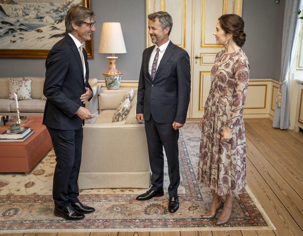 Bestyrelsesformand for Det Danske Kulturinstitut, Carsten Haurum, hilser på. Foto: Mads Claus Rasmussen/Scanpix 2021